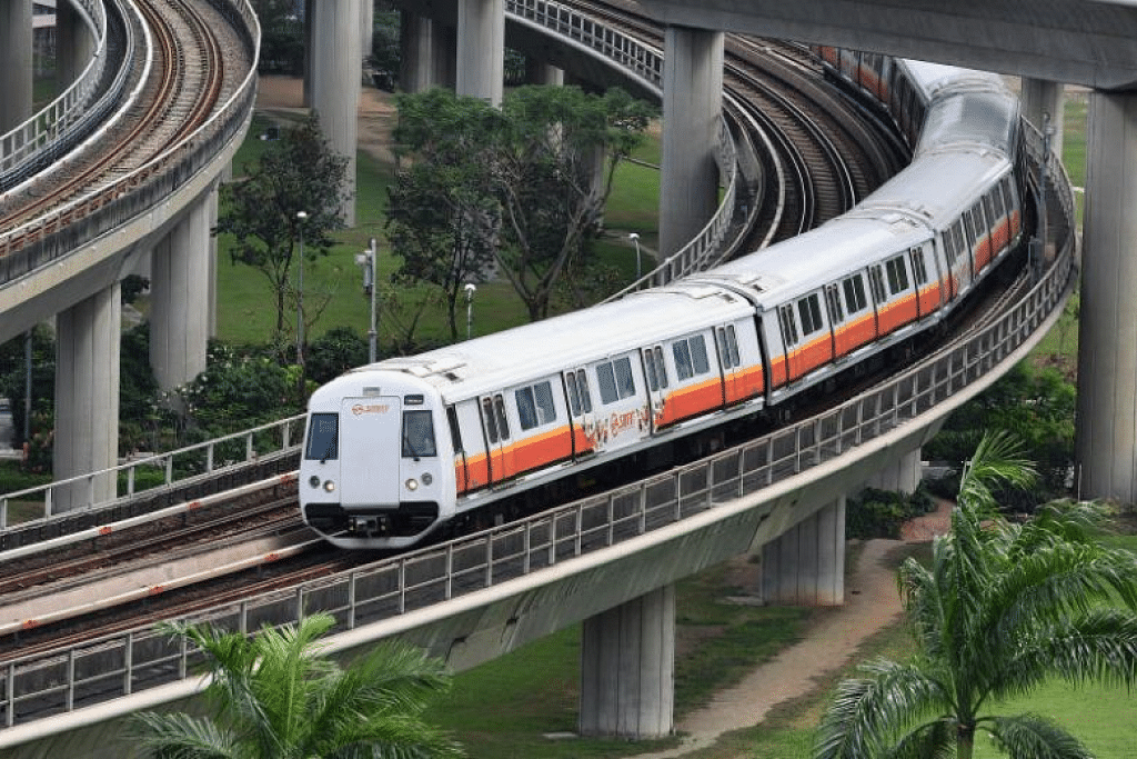 MOHON TAMBANG DINAIKKAN: Pengendali pengangkutan awam SBS Transit dan SMRT Trains telah membuat pemohonan agar tambang mereka dinaikkan. Jika pemohonan itu diluluskan, tambang bas dan kereta api mungkin meningkat sekitar 10 sen untuk setiap perjalanan. -Foto fail.
