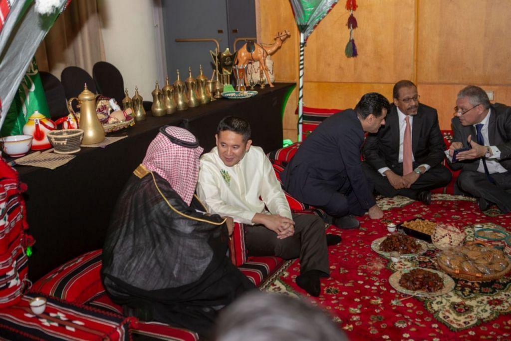 TURUT HADIR: Encik Amrin Amin (dua dari kiri) juga telah diundang bagi acara tersebut dan dilihat sedang berbual dengan wakil daripada Kedutaan Arab Saudi. - Foto BH oleh IQBAL FAIZAL