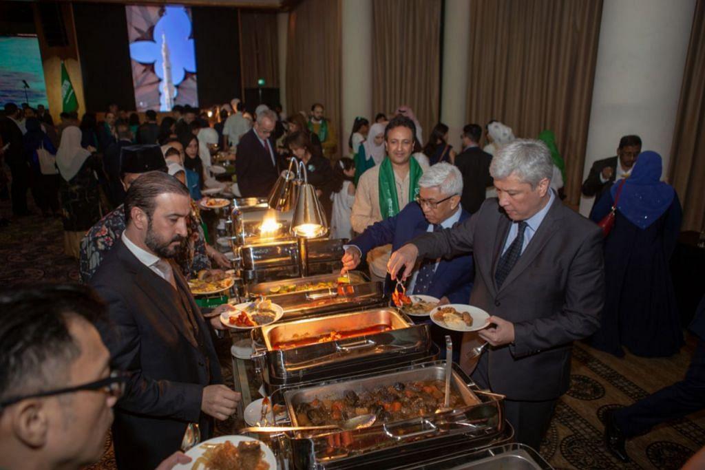 HIDANGAN LAZAT: Para tetamu yang hadir sedang menjamu selera makanan yang disajikan semasa sambutan perayaan Hari Kebangsaan ke-89 Arab Saudi. - Foto BH oleh IQBAL FAIZAL