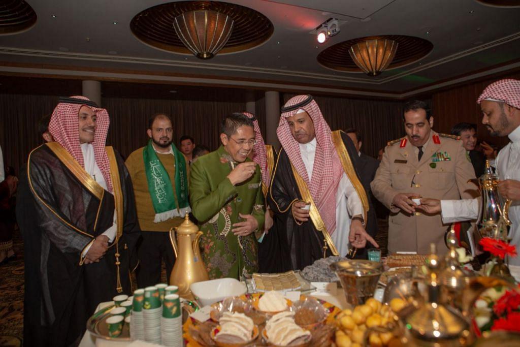 BERAMAH MESRA: Dr Mohamad Maliki Osman (berbaju hijau) sedang beramah mesra dengan Encik Saad Saleh AlSaleh. - Foto BH oleh IQBAL FAIZAL