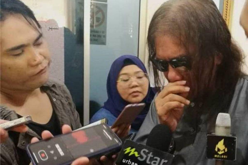 Nasir (tengah) sebak sewaktu ditemuramah wartawan di Masjid Salehuddin Al Ayubi, Taman Melati, Kuala Lumpur. - Foto Sinar Harian