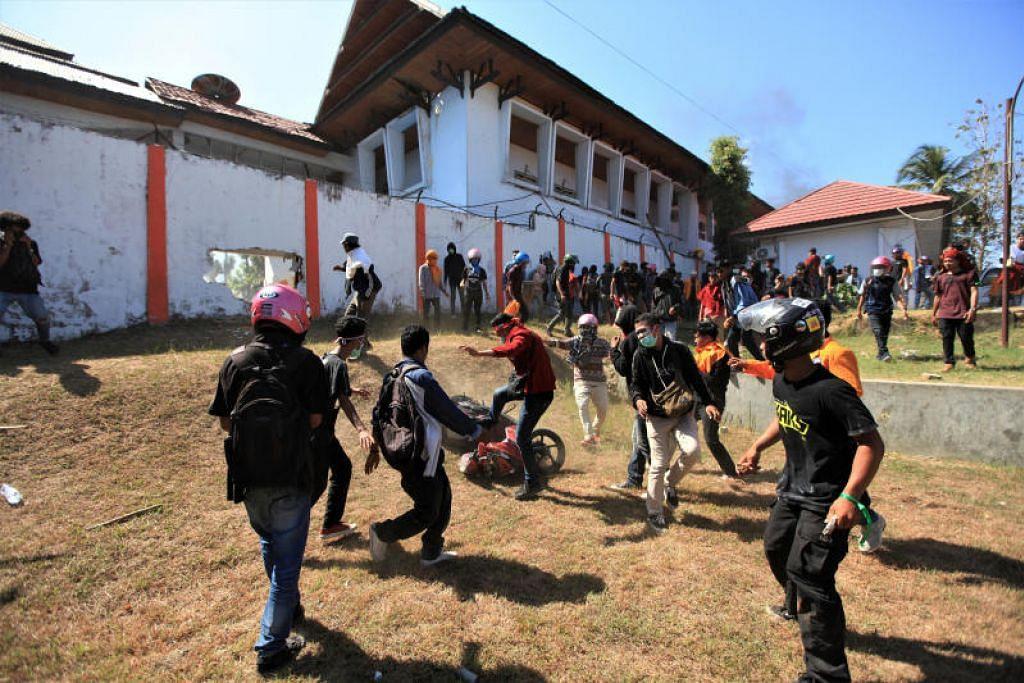 BANTAHAN GANAS: Para penunjuk perasaan di luar bangunan majlis perundangan semasa bantahan di Kendiri, wilayah Sulawesi Tenggara, pada Khamis (26 September). – Foto REUTERS.