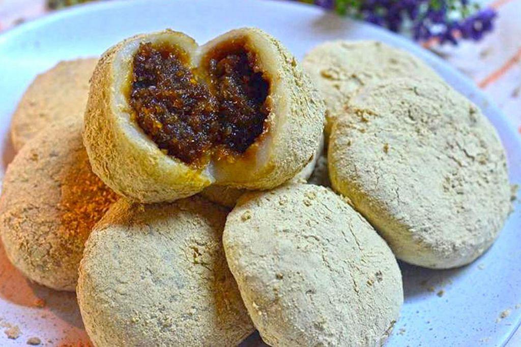 RUGI JIKA TAK KENAL: Kuih-muih tradisional Melayu yang dulu popular termasuk kuih keria, puteri salat dan (gambar atas) tepung gomak, semakin tidak dikenali generasi milenial yang lebih mengenali makanan Barat.