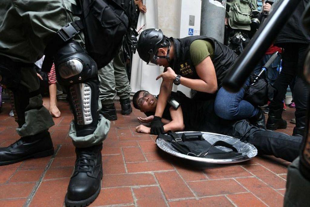 Polis Hong Kong menggunakan gas pemedih, penyembur lada dan meriam air untuk tangani aktivis. - Foto AFP