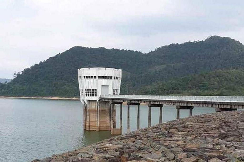 Kolam Air Linggiu di Johor mencatatkan tahap air yang menurun. - Foto PUB
