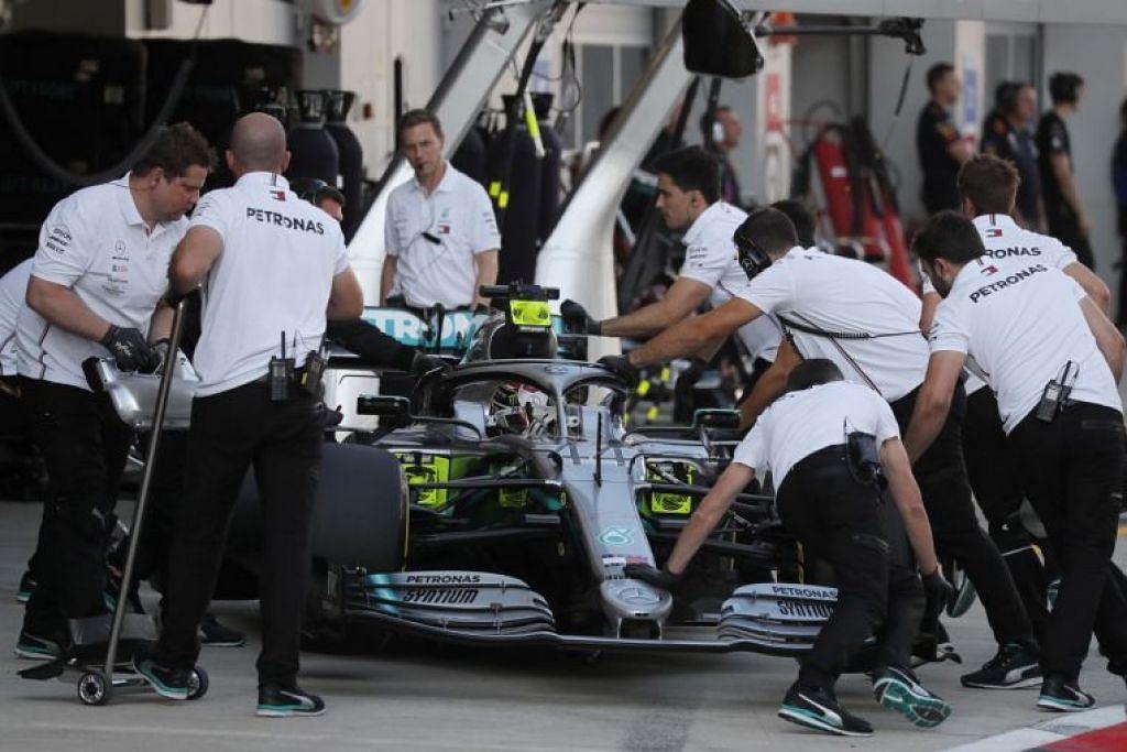 Mercedes Lewis Hamilton kelihatan di pit semasa pusingan kelayakan. - Foto REUTERS