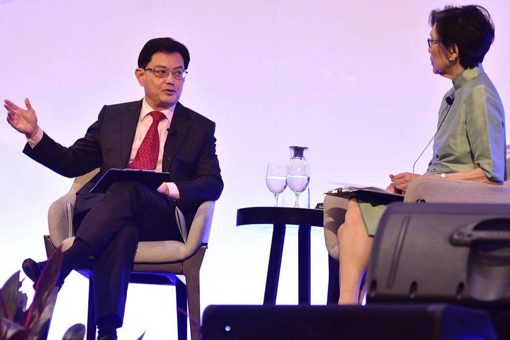 KONGSI PANDANGAN: Encik Heng berkongsi pandangannya tentang cabaran dan peluang bagi Singapura dalam dunia yang pesat berubah semasa menyertai sesi dialog di Persidangan Bicentennial Singapura semalam. Bersamanya Duta Kelana, Cik Chan Heng Chee, yang menjadi pengerusi dialog. - Foto BH oleh DESMOND WEE