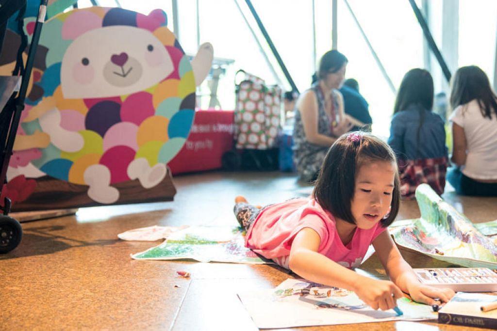 Seorang kanak-kanak kelihatan mewarnai lukisan di acara Octoburst 2017, seramai 900 kanak-kanak melukis dan mewarna di acara itu di Esplanade. -  Foto ESPLANADE – THEATRES ON THE BAY