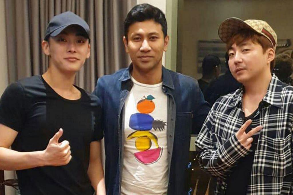 FAHAMI CITA RASA SELEBRITI KOREA: Encik Adam Rashid (tengah) menghasilkan jaket berwarna dan bercorak buat 'boyband' Korea, GTI , yang terdiri daripada Sibonggyun (kiri) dan Kim Dong-kyun. - Foto ihsan ADAM RASHID