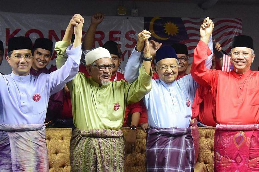 (Dari kiri) Menteri Hal Ehwal Ekonomi Malaysia Mohamed Azmin Ali, Ketua PAS Abdul Hadi Awang, Perdana Menteri Mahathir Mohamad dan Setiausaha Agung Umno Annuar Musa di Kongres Kebangkitan Melayu pada Ahad (6 Oktober). FOTO: THE STAR/ASIA NEWS NETWORK
