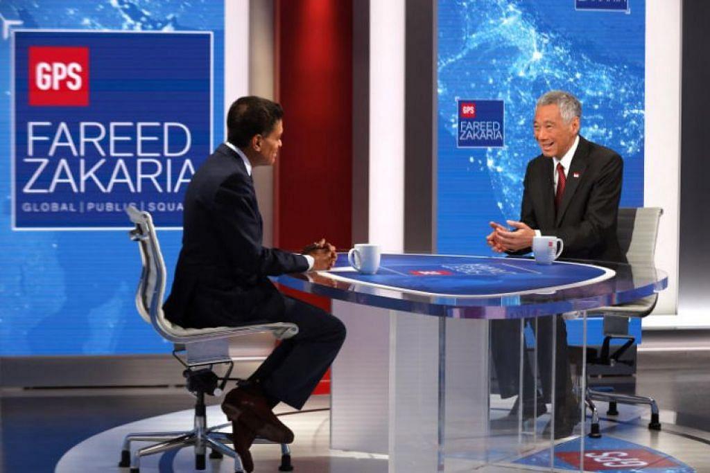 Perdana Menteri Lee Hsien Loong (kanan) ditemu ramah oleh wartawan dan hos CNN, Encik Fareed Zakaria pada  6 Oktober. - FOTO MCI