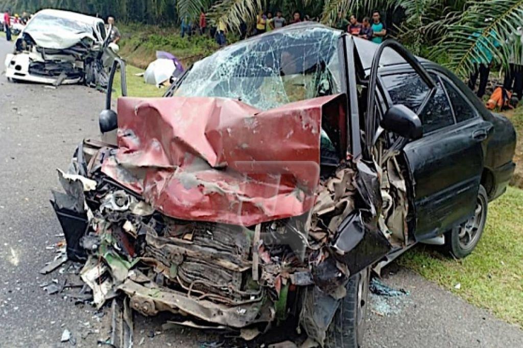 Kereta Proton Wira remuk teruk setelah terbabit dalam nahas di Jalan Felda 2, Dungun yang meragut nyawa sepasang suami isteri manakala dua anak mereka parah. - Foto UTUSAN