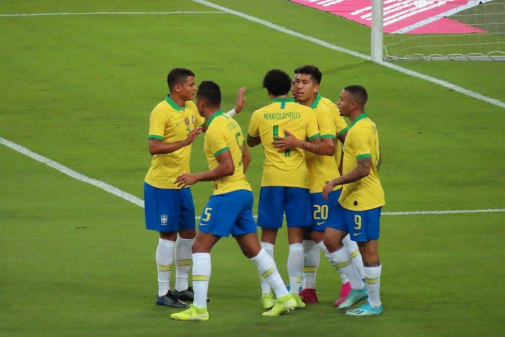 TIDAK CUKUP: Firmino (jersi nombor 20) menyambut jaringan tunggal Brazil pada minit ke-9 bersama rakan sepasukan dalam perlawanan menentang Senegal yang berakhir 1-1 di Stadium Negara. - Foto BH oleh ZULAIQAH ABDUL RAHIM