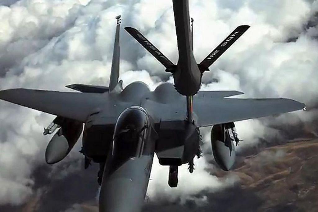 PENGISIAN MINYAK DI UDARA: Di sini kita dapat melihat proses pengisian minyak daripada pesawat pengisi minyak MRTT pada sebuah jet pejuang, semasa kedua-duanya di udara. Dengan ini, jet pejuang boleh lebih lama di udara. - Foto MINDEF.