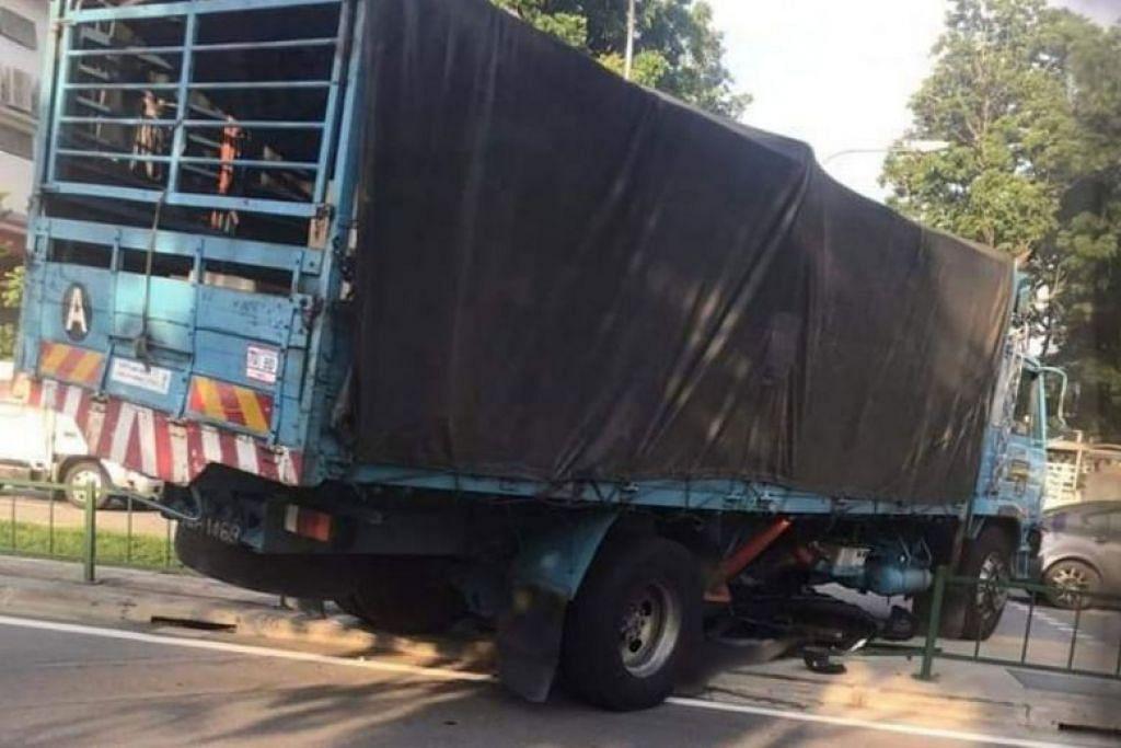 MAUT DALAM KEMALANGAN: Pemandu lori dan penunggang motosikal yang terlibat dalam kemalangan di Woodlands pada pagi Jumaat (11 Oktober) meninggal dunia akibat kecederaan mereka pada hari yang sama. -Foto FACEBOOK/SINGAPORE ROADS ACCIDENT.