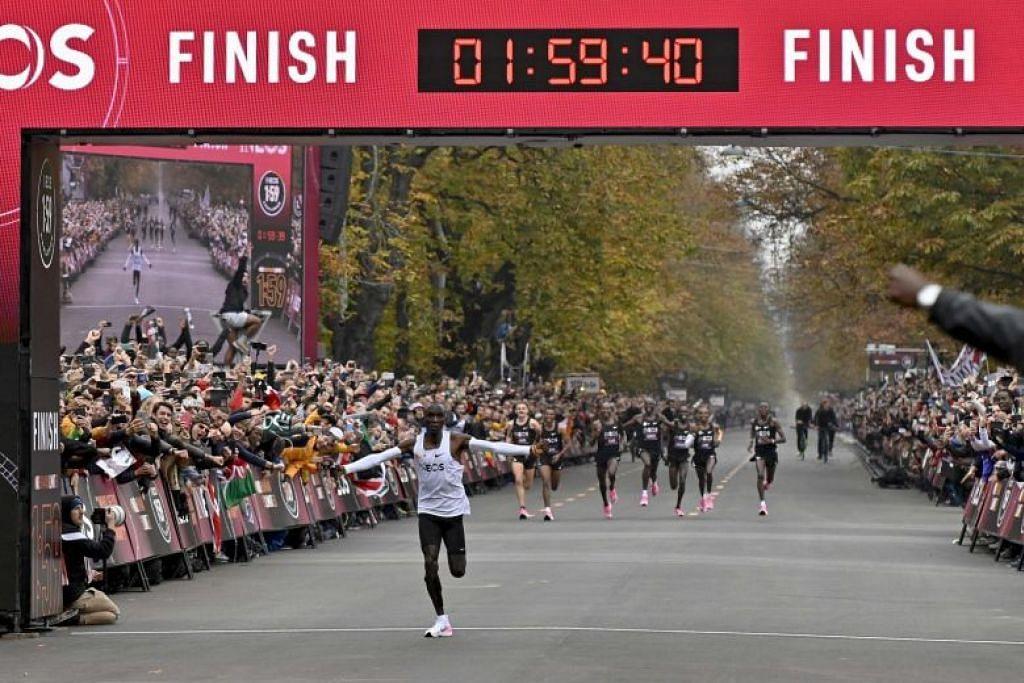 CATAT SEJARAH: Atlit maraton Kenya, Eliud Kipchoge, mencatat sejarah pada Sabtu (12 Oktober) apabila beliau menjadi orang pertama yang berjaya menamatkan larian maraton dalam kurang daripada dua jam. -Foto Agence France-Presse (AFP).