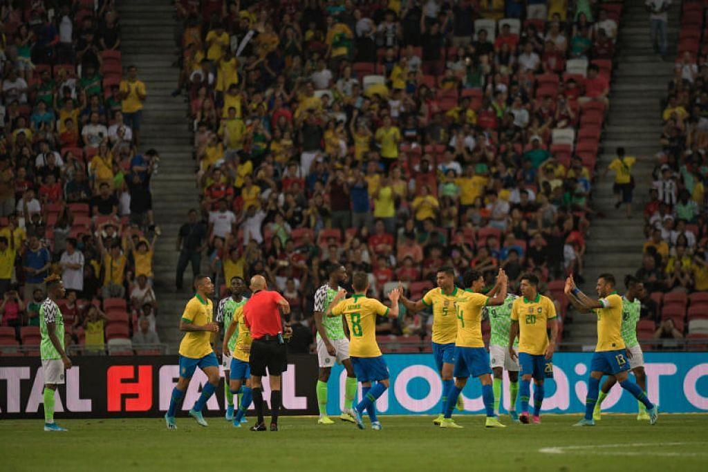 KURANG SAMBA: Pemain Brazil meraikan gol Casemiro pada minit ke-48 namun gol tunggal pasukan itu tidak mencukupi. Perlawanan menentang Nigeria di Stadium Negara Ahad ini (13 Oktober) berakhir 1-1. - Foto BH oleh MARK CHEONG
