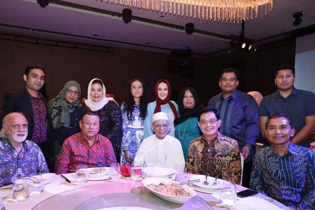 KELUARGA BESAR: Encik Heng Swee Keat (duduk, dua dari kanan), Imam Habib Hassan (duduk tengah) serta Editor BH, Encik Saat Abdul Rahman (duduk kanan) bersama-sama anggota keluarga Habib Hassan. - Foto FACEBOOK DPM HENG SWEE KEAT