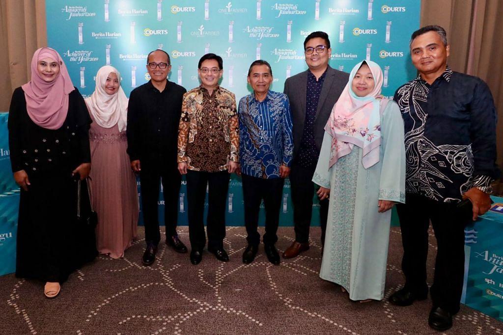 BERSAMA PASUKAN BH: Encik Heng Swee Keat meluangkan waktu untuk bergambar bersama-sama pasukan Berita Harian yang diketuai oleh Editornya, Encik Saat A. Rahman (empat dari kanan). - Foto FACEBOOK DPM HENG SWEE KEAT
