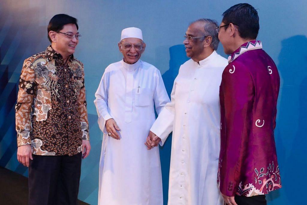DIKAGUMI DPM HENG: Habib Hassan (dua dari kiri) yang memegang erat tangan Paderi Adrian Anthony merupakan dua sahabat karib yang tidak mengenal sempadan agama dalam mempromosikan silang agama dan menjadi tunggak kekuatan serta perpaduan dalam membina keharmonian agama, bukan hanya di Singapura tetapi juga di seluruh Asia Tenggara. - Foto FACEBOOK DPM HENG SWEE KEAT