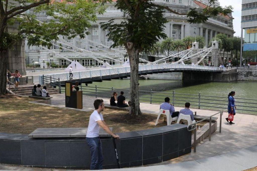 DANA PEMULIHAN DITAMBAH: Pemilik monumen negara seperti jambatan Cavenagh (dalam gambar) di Sungai Singapura, boleh membuat permohonan untuk menggunakan dana pemulihan itu untuk menampung kos pemulihan monumen tersebut. -Foto BH oleh ONG WEE JIN.