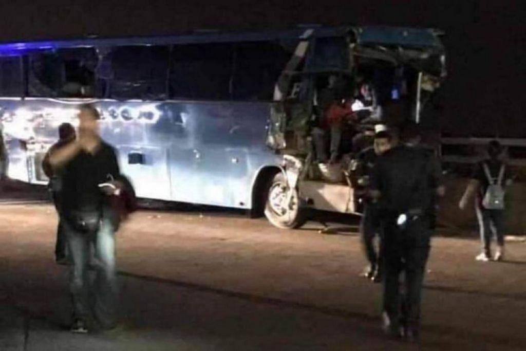KEMALANGAN DI TUAS: Dalam kemalangan ragut nyawa di Tuas pada 26 Februari 2019, dua penumpang bas yang dipandu oleh Kalaimani Muniandy tercampak keluar dari kenderaan itu apabila bas itu terlanggar satu tanjakan. -Foto FACEBOOK/DEEJAY NESH.