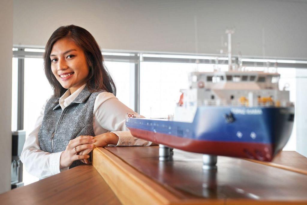 KERJAYA JARANG DICEBURI KAUM HAWA: Cik Nurul Fatin merupakan antara wanita yang menceburi industri maritim di Singapura. – Foto BH oleh ALPHONSUS CHERN