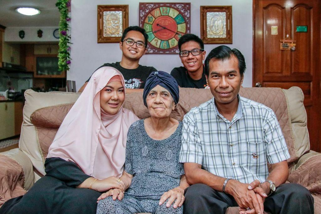 PENJAGA TERBAIK: Cik Siti Nabilah Abdul Aziz (depan, kiri), kini mempunyai lebih banyak masa berehat dan melakukan kegiatan sendiri selepas mendapatkan khidmat jagaan, seperti di pusat jagaan siang hari dan khidmat jagaan untuk masa singkat pada hujung minggu, untuk neneknya, Cik Balkis Ibrahim (depan, tengah). Bersama mereka ialah ayahnya, Encik Abdul Aziz (depan, kanan); suami, Encik Muhd Sufiyan Abdul Rashid (belakang, kiri); dan adiknya, Encik Muhd Irman. Foto BH oleh JEREMY KWAN