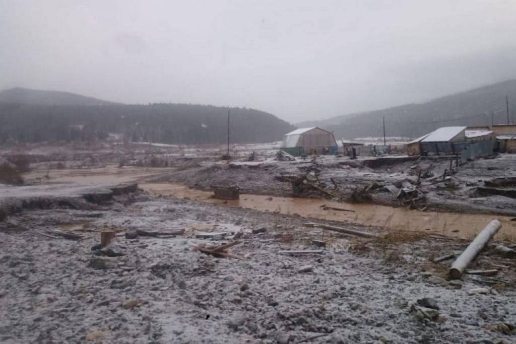 Hujan lebat mengakibatkan penghakisan empangan sehingga runtuh. - Foto REUTERS