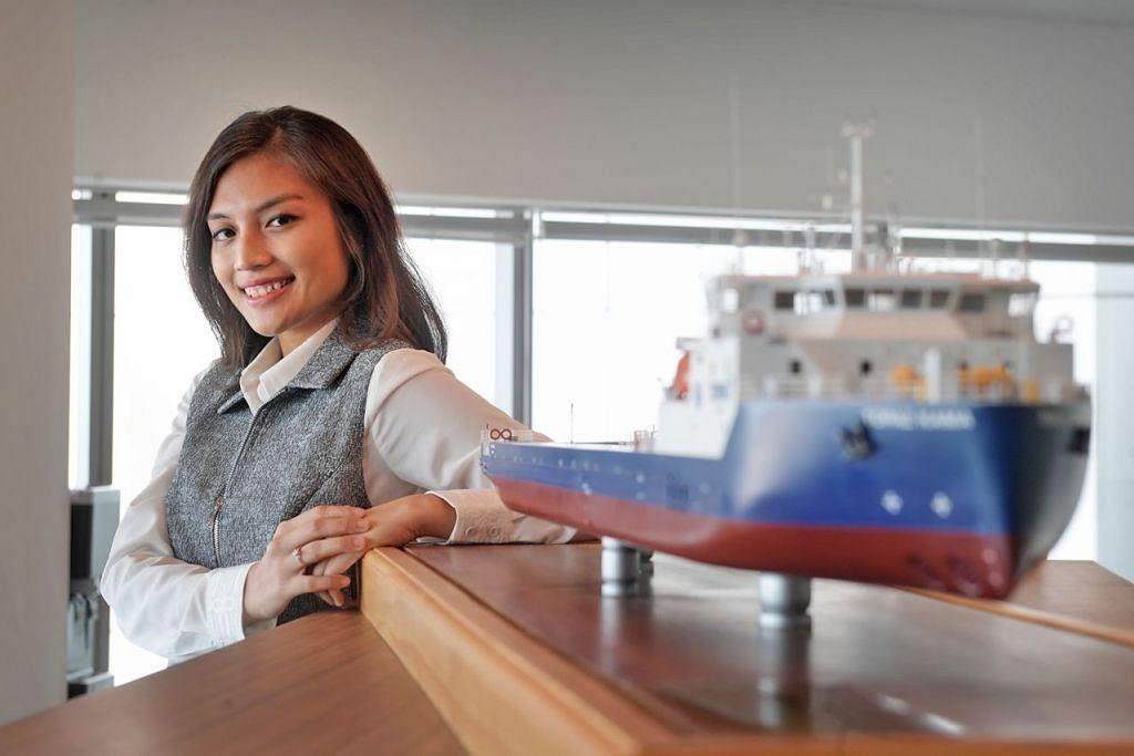LUASKAN MINDA: Peluang meluaskan minda, mengukuhkan kepimpinan dan kemahiran bekerja tanpa sempadan – itulah yang menarik Cik Nurul Fatin menceburi bidang maritim. – Foto BM oleh ALPHONSUS CHERN