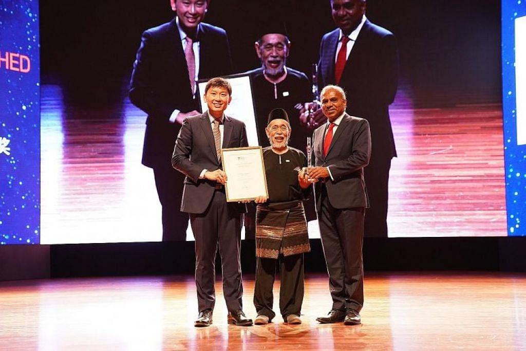 Perintis sastera Melayu, Encik Suratman Markasan (tengah), antara tiga penerima Anugerah Cemerlang Alumni Nanyang, bersamanya adalah Menteri Negara Kanan (Perdagangan dan Perusahaan), Encik Chee Hong Tat (kiri) dan Profesor Subra Suresh (kanan), Presiden NTU. - Foto UNIVERSITI TEKNOLOGI NANYANG
