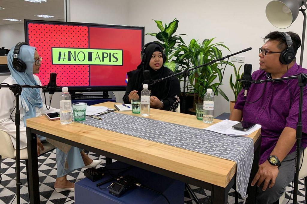 PERANAN DOULA: Cik Norfaizah (tengah) menerangkan peranan doula dan pengalamannya sebagai seorang doula kepada hos #NoTapis Shahida Sarhid dan Suhaimi Yusof. - Foto BH oleh SITI AISYAH NORDIN
