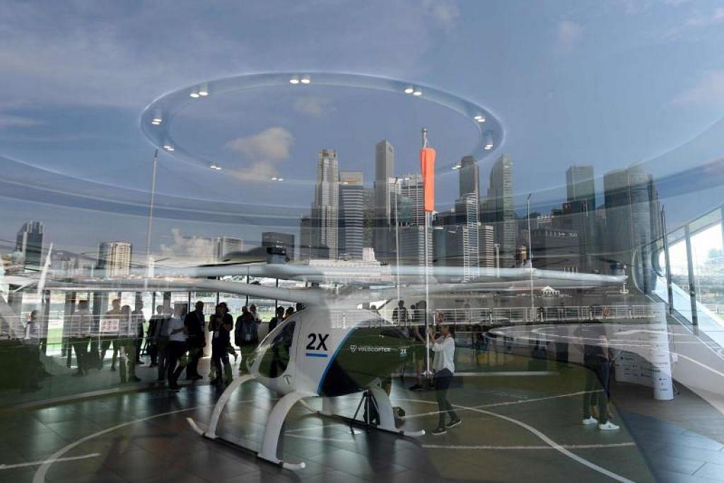 Pengunjung melihat Volocopter, sebuah teksi udara tidak berpandu dipamerkan di Kongres Dunia Sistem Pengangkutan Bijak di Singapura. - Foto AFP