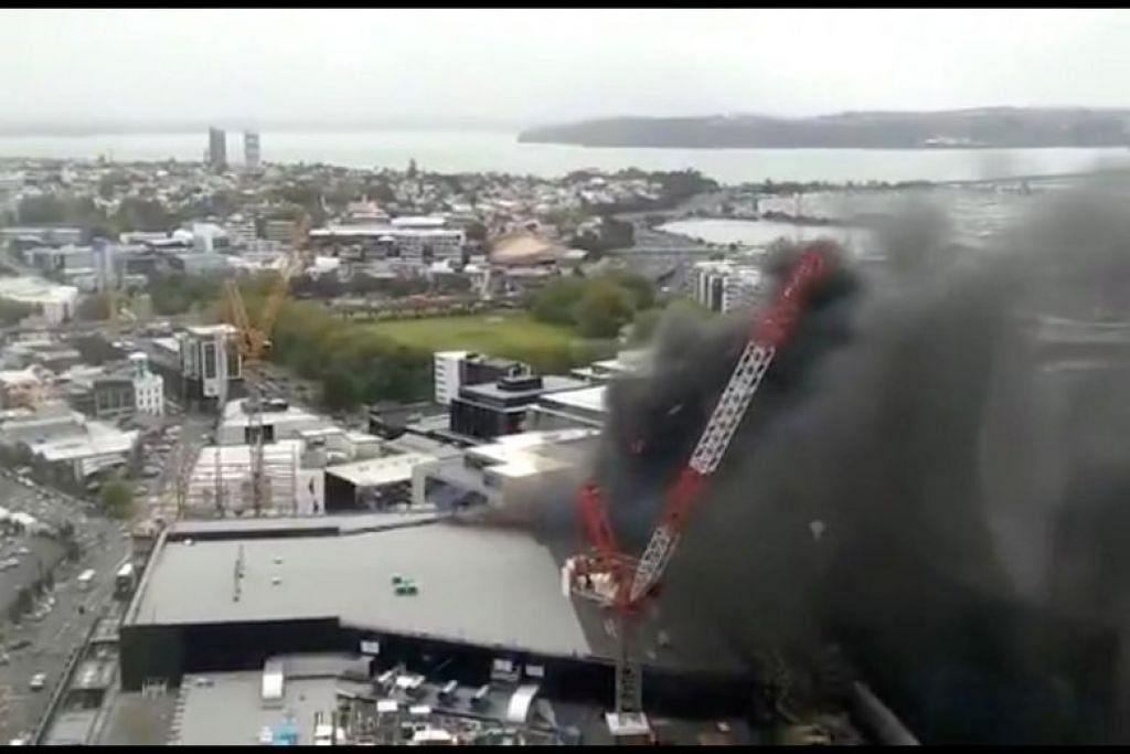 Kebakaran yang berlaku di pusat konvensyen itu berdekatan dengan menara Sky City. - Foto REUTERS