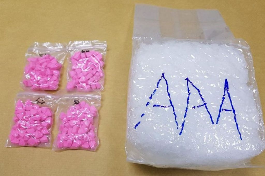DIRAMPAS DI WOODLANDS: Pegawai CNB dan ICA menemui dadah Ecstasy dan Ice yang disembunyikan di dalam kotak penapis udara di bonet kereta yang dipandu seorang lelaki Malaysia di Pusat Pemeriksaan Woodlands pada Isnin lalu. - Foto BIRO NARKOTIK PUSAT (CNB)