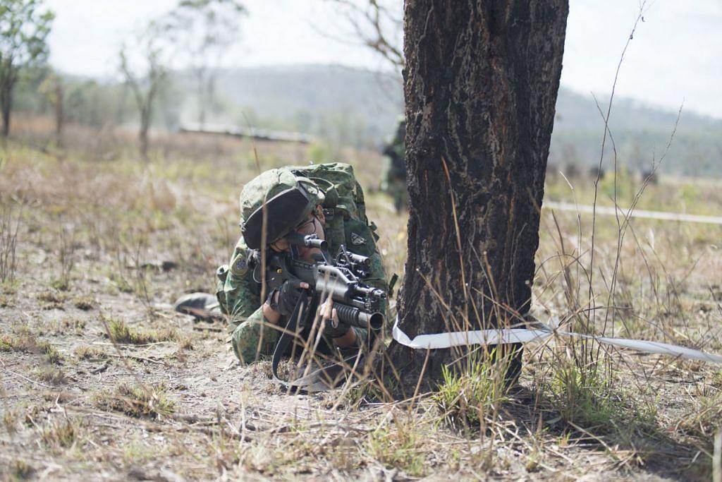 TETAP GIGIH TERUSKAN LATIHAN: (Gambar atas) Askar Batalion ke-41, Rejimen Berperisai Singapura (41SAR) menjalani latihan persiapan meskipun larangan pembakaran api dilaksanakan di Queensland, Australia.  - Foto BH oleh HARITH MUSTAFFA