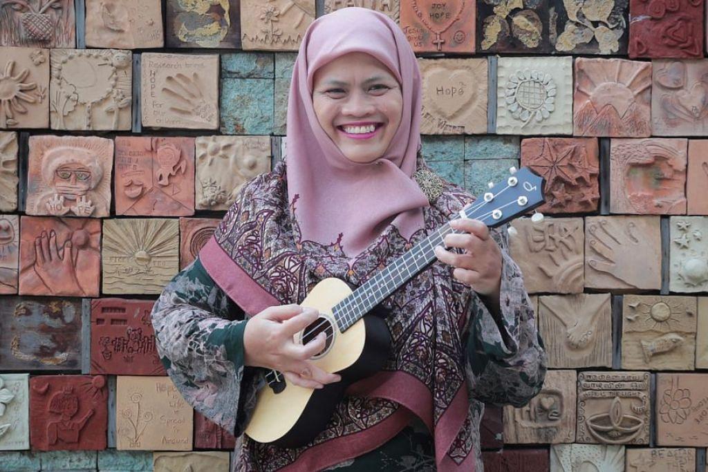 BERSEMANGAT: Cik Rohani bersyukur walaupun sakit, beliau tetap bersemangat memburu ilmu pengetahuan termasuk muzik. - Foto BH oleh JASON QUA