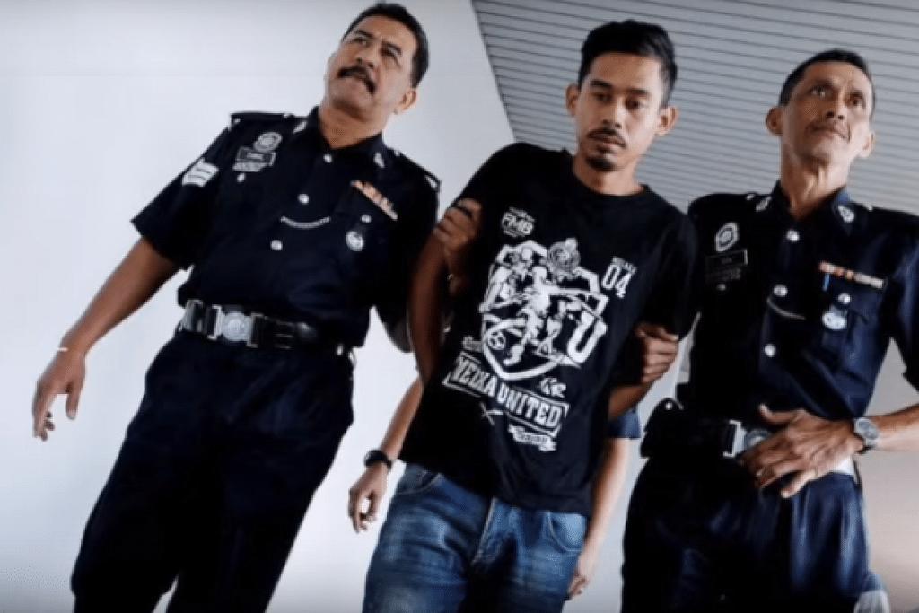 DIHADAPKAN KE MAHKAMAH: Shahrul Nizam Zuraimy (tengah) dihadapkan di Mahkamah Majistret Melaka atas dua tuduhan membunuh isteri dan anak tiri. -Foto Harian Metro.