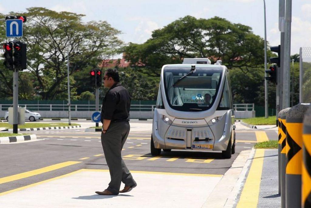 Foto yang dipetik pada 22 November 2017 ini menunjukkan pelintas berjalan di hadapan kenderaan autonomi di Universiti Teknologi Nanyang (NTU). -Foto fail.