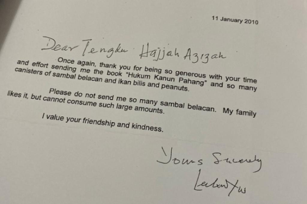 Surat kiriman Encik Lee Kuan Yew kepada Raja Permaisuri Agong Tunku Azizah sebagai tanda penghargaan atas hadiah sambalnya. -Foto TWITTER CHEMINAHSAYANG.