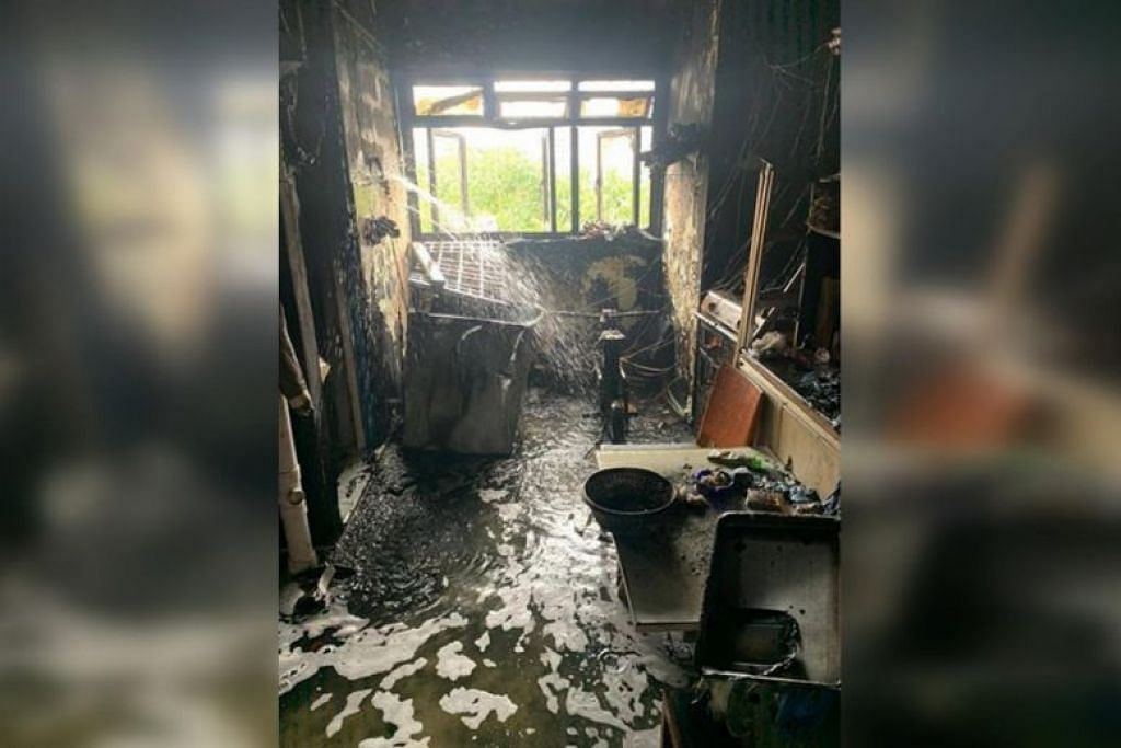 Kebakaran di tingkat tujuh Blok 106 Bedok North Avenue 4. - Foto SINGAPORE CIVIL DEFENCE FORCE/FACEBOOK