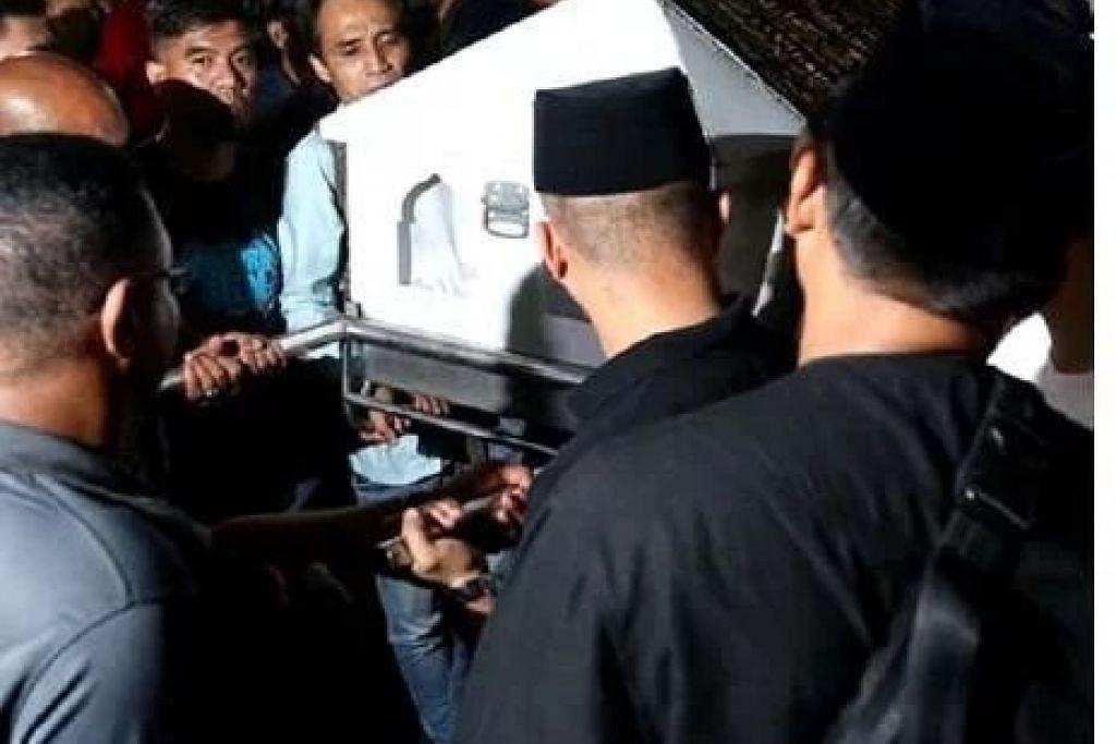 Fauziah Nawi kelihatan sebak apabila jenazah anaknya, Mohd Firdaus Mohamad Hanif, pulang ke kediamannya. - Foto METRO