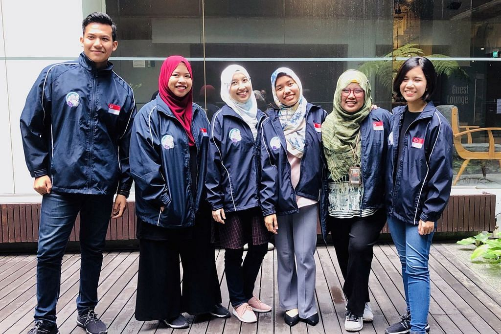 BELAYAR SAMBIL TEROKA ISU SEMASA: (Dari kiri) Encik Muhammad Danial, Cik Sri Nur Asma-ul-Husna, Cik Murni Nadra, Cik Siti Nabihah, Cik Nurul Baizura dan Cik Wan Sarah Masputri adalah antara pemimpin belia Singapura yang terpilih bagi Program Kapal Belia Asia Tenggara (SSEAYP). – Foto BH oleh HARYANI ISMAIL