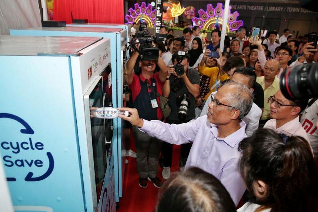 Menteri Sekitaran dan Sumber Air, Encik Masagos Zulkifli mencuba mesin layan diri di pelancarannya di OTH. - Foto BH oleh KEVIN LIM
