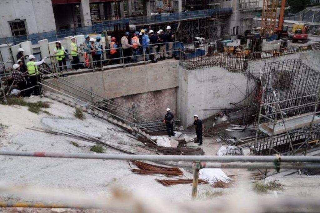 Mayat dilihat di tapak pembinaan di Novena setelah  sebuah sebuah kren runtuh. Dipercayai lelaki yang meninggal dunia itu seorang warga India. - Foto ST oleh KELVIN CHNG