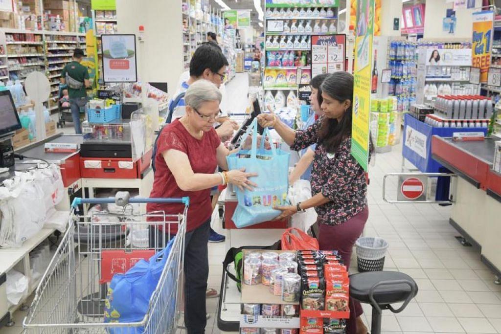 Pelanggan FairPrice menggunakan beg guna semula untuk membeli keperluan seharian pada 16 September. - Foto ST oleh ALPHONSUS CHERN