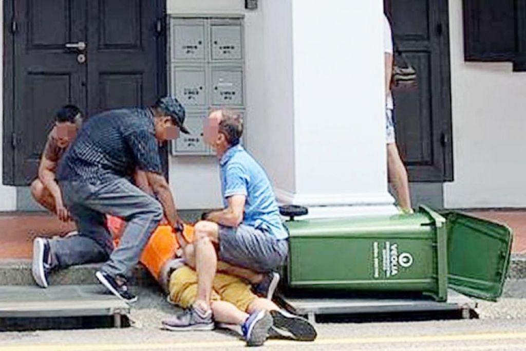 Orang awam menolong menangkap lelaki yang dipercayai merakam video bawah skirt seorang wanita pada 1 November. - Foto SHIN MIN DAILY NEWS