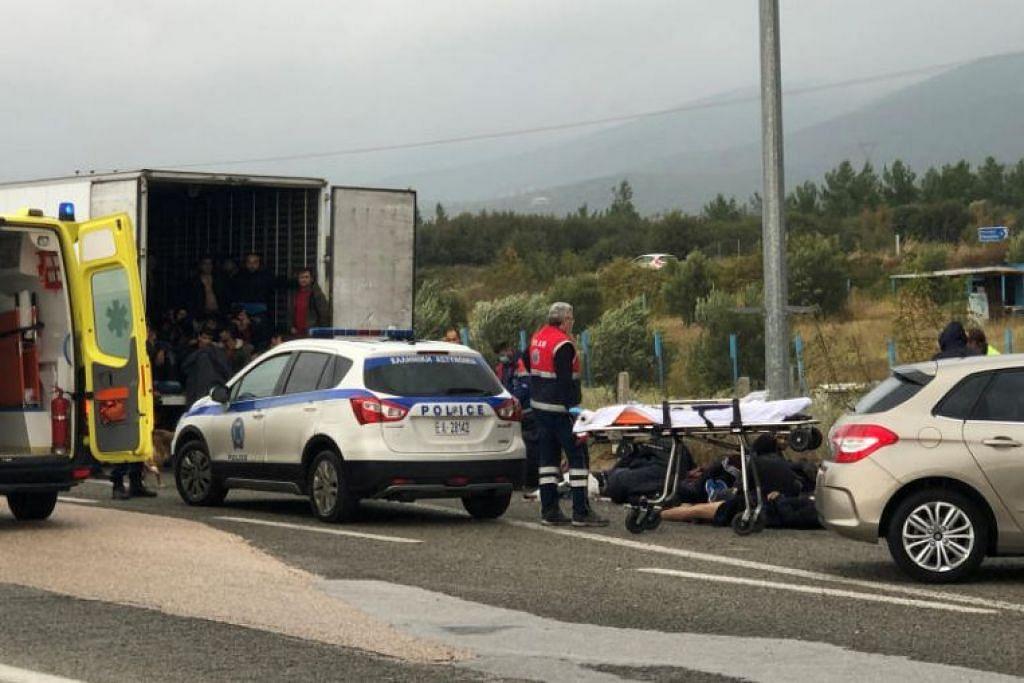 Pendatang dijumpai dalam lori berpeti sejuk serta di tepi jalan, setelah polis mengadakan pemeriksaan berdekatan Xanthi di Greece. - Foto REUTERS