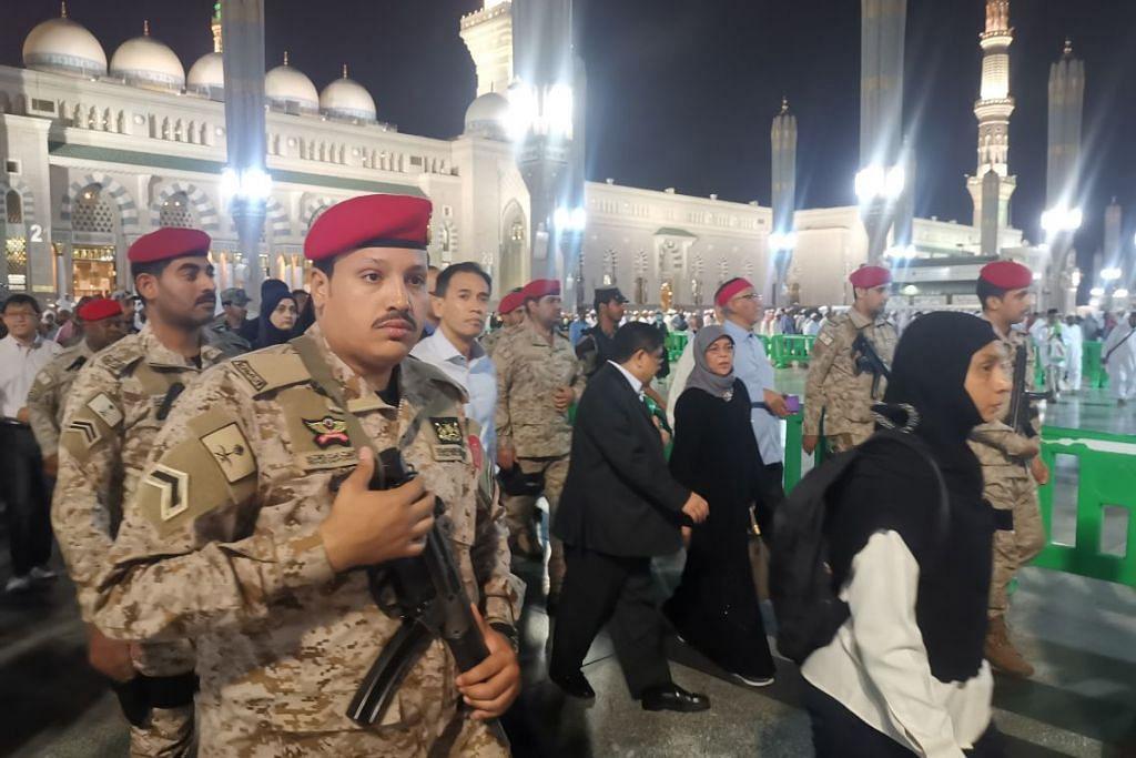 Puan Halimah, yang ditemani suaminya Encik Mohamed Abdullah Alhabshee, diiringi pasukan kawalan Arab Saudi di Masjid Nabawi. - Foto BH oleh NORMAN SAWI