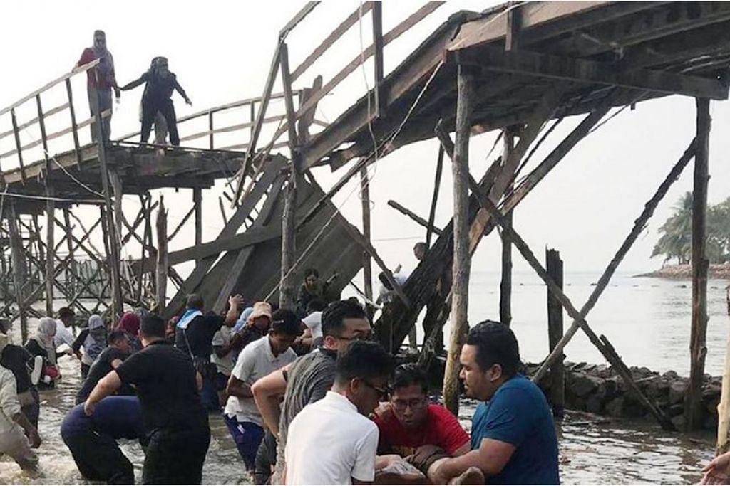 JABATAN ROBOH DI BATAM: 26 kakitangan Yayasan Mendaki cedera apabila jambatan di mana mereka sedang bergambar tiba-tiba roboh. FOTO: DEDY SUWADHA/TWITTER